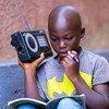 Les enfants au Rwanda ont pu travailler de la maison en utilisant la radio, alors que les écoles restent fermées en raison du coronavirus.