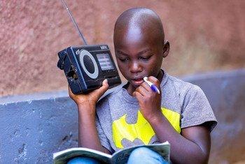 В Руанде во время пандемии дети не могли посещать школу. Многие из них слушали уроки по радио.