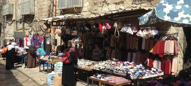 جانب من السوق في البلدة القديمة بالقدس الشرقية.