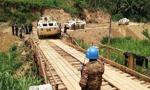 Gari la kivita la kubeba askari likivuka daraja huko Beni, DR Congo.