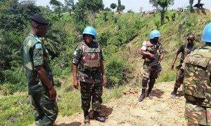 Kamanda wa kikosi cha Tanzania huko DRC, Luteni Kanali John Ndunguru (katikati) katika mazungumzo na afisa wa jeshi la DRC, FARDC huko Beni, DRC.