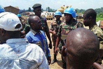 Des Casques bleus tanzaniens de la MONUSCO discute avec des civils congolais