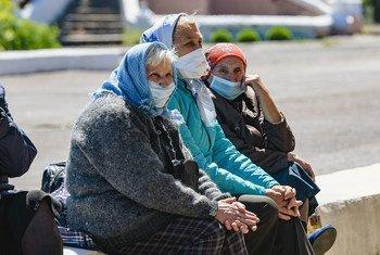По всему миру смертность от COVID-19 среди людей старше 80-ти лет в пять раз превышает средние показатели. На фото: жительницы села Гранитное, Украина.