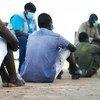 Mnamo Mei 26, 2020 huko Juba, Sudani Kusini, watoto waliotolewa kwa vikosi vya jeshi wakiwawameketi wakati mazungumzo ya kujumuishwa kwao yanafanyika.
