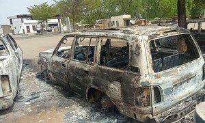 当武装分子袭击尼日利亚博尔诺州的蒙古诺镇时,联合国车辆被摧毁。