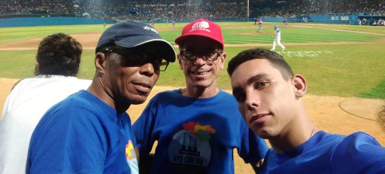 Francisco Rodríguez Cruz, Paquito (centro), con su hijo y su pareja en un juego de beisbol en Cuba.