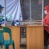इण्डोनेशिया के आचे प्रान्त में एक रोहिंज्या शरणार्थी का पंजीकरण किया जा रहा है.