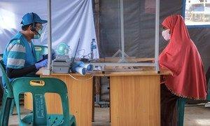 联合国难民署的工作人员正在为一名罗兴亚难民进行信息登记。