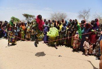Watoto wakimbizi wakicheza katika kituo cha wakimbizi wa ndani cha Fourkoloum magharibi mwa nchi hiyo.