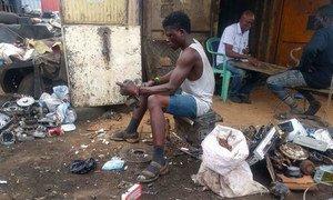 عامل يفكك أجهزة إلكترونية في غانا.