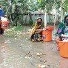سيدة من بنغلاديش تحصل على حزمات الكرامة من صندوق الأمم المتحدة للسكان، بعد تخصيص أموال من الصندوق المركزي للاستجابة في حالات الطوارئ.