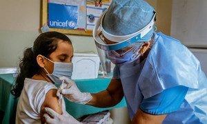 委内瑞拉玻利瓦尔州,一名十岁女童正在儿基会支持的医疗中心内进行免疫接种。