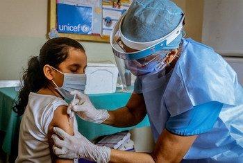 वेनेज़्वेला में एक स्वास्थ्य केंद्र में एक बच्ची को वैक्सीन की खुराक दी जा रही है.