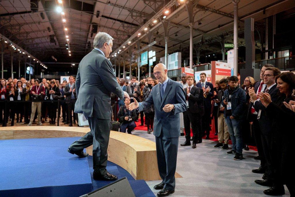 Photo ONU: Le Secrétaire général de l'ONU, António Guterres salue le Président du Forum de Paris pour la paix (Droite)