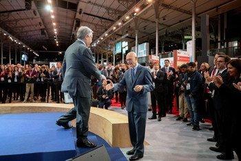 Le Secrétaire général de l'ONU, António Guterres (à gauche), salue Pascal Lamy, président du Forum de Paris pour la paix