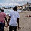 来自冈比亚的两个十几岁的兄弟在意大利的海滩上漫步。2016年,他俩在没有父母陪同的情况穿越了地中海。