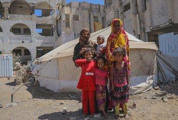 Família em acampamento de deslocados internos no Iêmen.