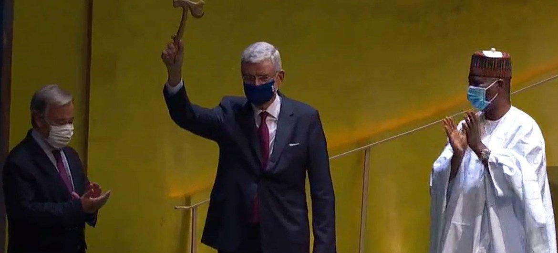 联合国大会第75届会议主席博兹克尔扬起了象征新一届联大开幕木槌,秘书长古特雷斯和卸任联大主席班迪鼓掌祝贺。