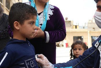 طفل يتلقى خدمات صحية في سوريا خلال جائحة كوفيد-19.