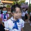 A  l'école primaire Preah Norodom, à Phnom Penh, au Cambodge, tous les élèves, les enseignants et le directeur de l'école portent des masques et maintiennent une distance physique.