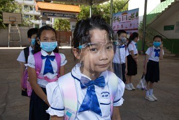 Alunos de uma escola Primária no Camboja, durante o segundo dia de reabertura da escola. Todos os alunos, professores e o diretor da escola usam máscaras, mantêm o distanciamento físico e seguem outras práticas.