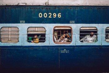Des passagers dans un train arrivant à la station à New Dehli en Inde