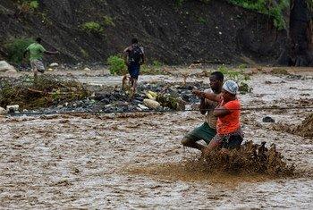 Eventos extremos do clima, como essa enchente do Haiti, podem afetar a saúde das pessoas