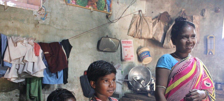 La familia de Rani vive por debajo de la línea de la pobreza y depende de un programa alimentario para ayudar a mejorar la nutricón de los niños.