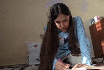 भारत में अफ़गान शरणार्थी, 16 वर्षीय नादिरा गंजी यूएनएचसीआर के वार्षिक 'यूथ विद रिफ्यूजी आर्ट कॉन्टेस्ट' प्रतियोगिता के विजेताओं में से एक हैं.