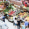 2019年7月25日,人们在俄罗斯沃罗涅日中央市场的一家杂货店购买水果和蔬菜。
