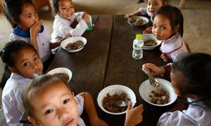 2019年5月14日,老挝一所小学的学童正在用餐。