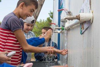 Niños lavándose las manos.