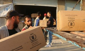 Des travailleurs humanitaires dans le gouvernorat d'Al-Hasakeh, en Syrie, déchargent de l'aide alimentaire fournie par le PAM. (13 octobre 2019)