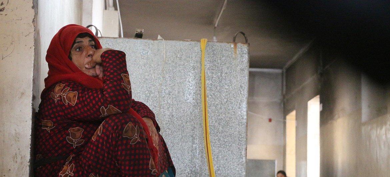 叙利亚东北部的哈塞克省,一位母亲坐在用作临时避难所的校舍内。