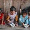 Watoto wakikunywa uji wa mchele katika kituo kinachoendeshwa kwa msaada wa EU kweny jimbo la Phongsaly, Lao, PDR.