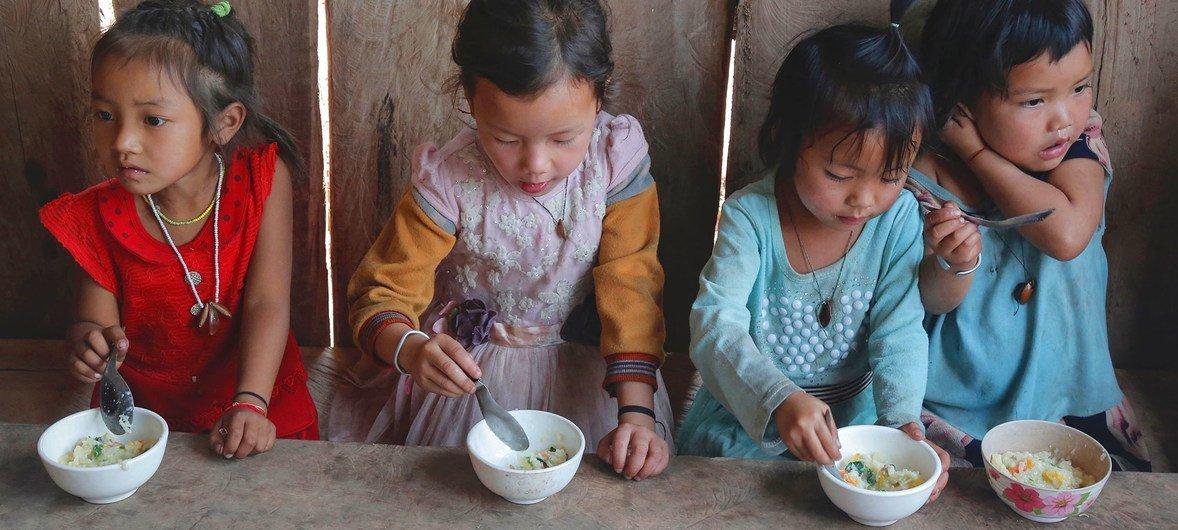 Estos niños de la provincia de Phongsaly, en Laos, comen crema de arroz provisto por un programa apoyado por la Unión Europea.