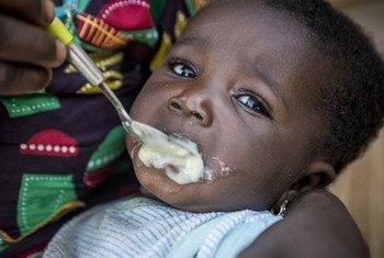 Chatou Dembele, de seis meses, come crema enriquecida con micronutrientes.