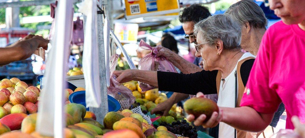 Mangas e outras frutas em uma feira livre em São Paulo, no Brasil