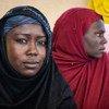 Deux femmes déplacées dans un camp à Awaradi, au Niger.