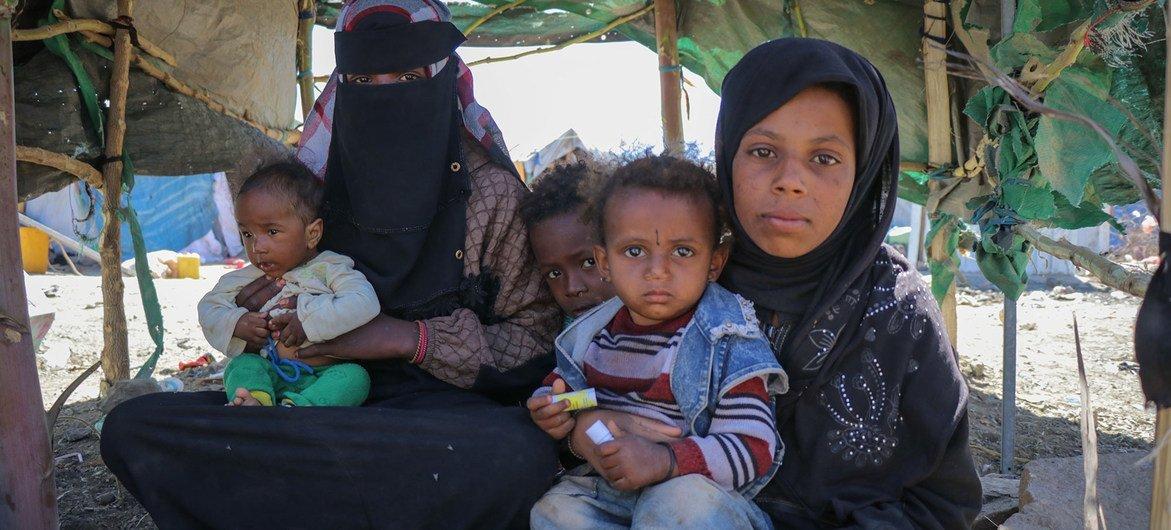 عائلة في الخيمة التي تعيش فيها في مخيم الضالع للنازحين في اليمن.