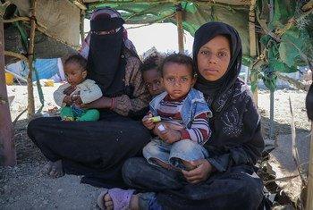 यमन में घरेलू विस्थापितों के लिये बनाये गये एक शिविर में एक परिवार.