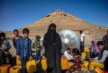 تجف الآبار في اليمن، وقد تسبب ارتفاع تكلفة المواد الأساسية في أن يصبح خيار شراء المواد الحيوية، مثل الطعام والمياه النظيفة، بعيدا عن متناول الملايين في اليمن.