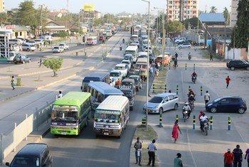 Wananchi katika moja ya mitaa ya jiji la Dar es salaam, Tanzania. Picha ya MAKTABA