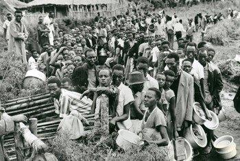 Wakimbizi kutoka Rwanda wakiwa wamepanga foleni nchini Jamhuri ya Kidemokrasia ya Congo mwaka 1961