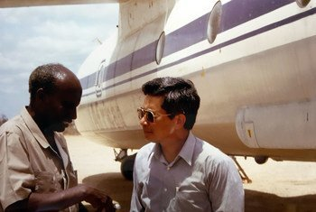 Retired WFP staff member Tun Myat (right) meets the Somali warlord Mohamed Farah Aideed at an airstrip in Bardera, Somalia in September 1992.
