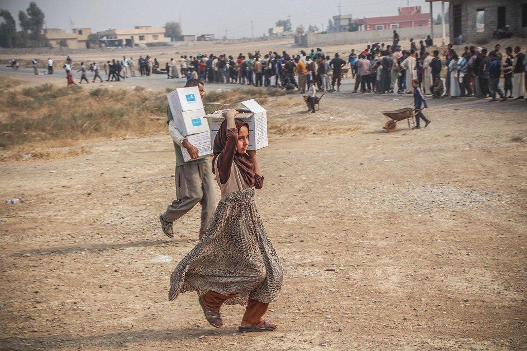 人道主义伙伴在伊拉克的易卜拉欣·哈利勒村分发紧急援助。