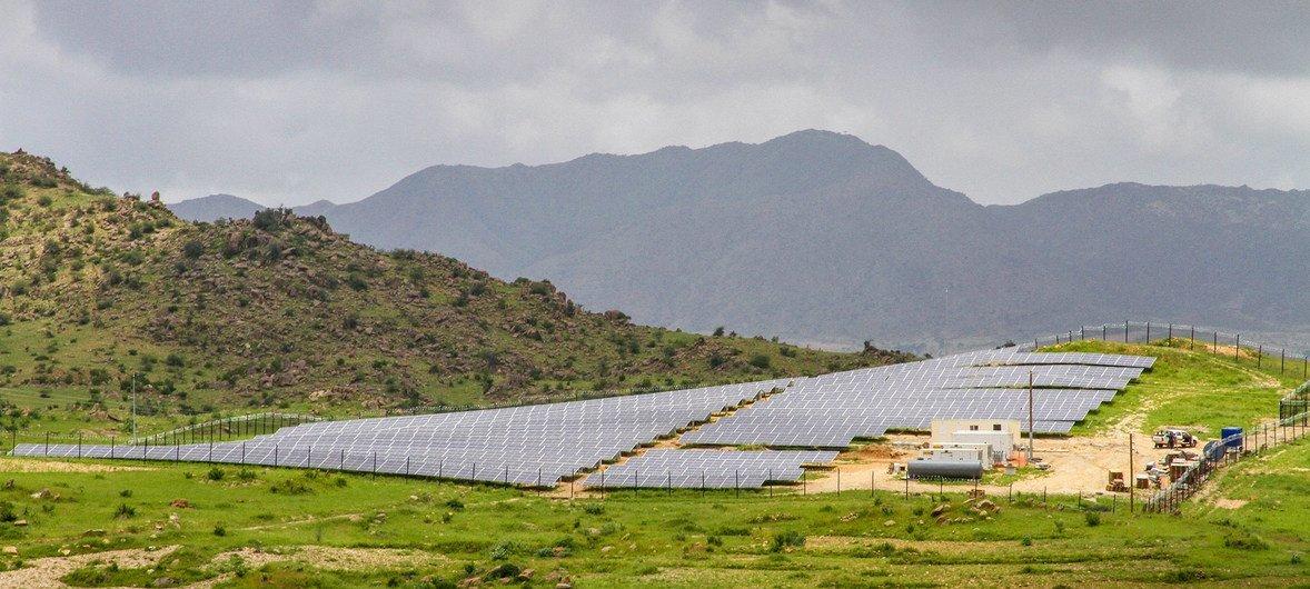نظام للشبكات الشمسية الصغيرة في إريتريا يقوم بتوفير الكهرباء في بلدتين صغيرتين والقرى المجاورة لهما.