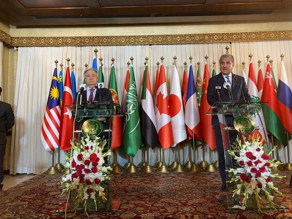 Katibu Mkuu António Guterres (kushoto) na Shah Mehmood Qureshion, waziri mkuu wa Pakistan (Kulia) wakizungumza na waandishi wa habari mjini Islamabad