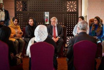 Le Secrétaire général de l'ONU, António Guterres (au centre) rencontre des réfugiés afghans à Islamabad lors de sa visite officielle dans le pays. Aujourd'hui, le Pakistan est le deuxième pays accueillant le plus grand nombre de réfugiés au monde.