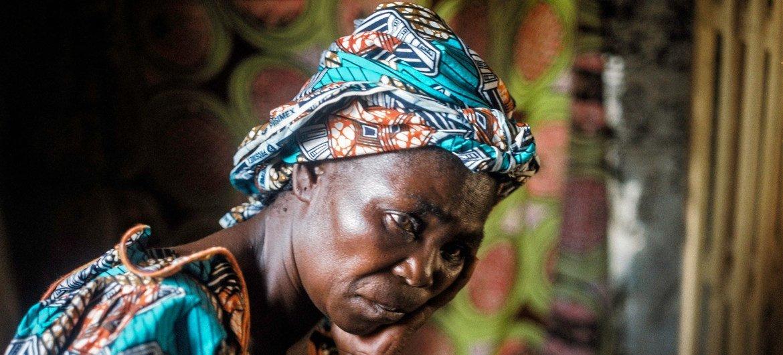 这位有 7 个孩子的母亲在返回中非共和国达马拉的家中时被两名男子强奸。